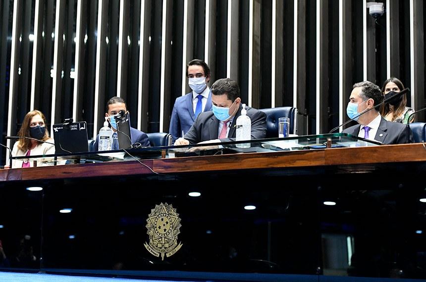 Observado pelo ministro Luís Roberto Barroso, presidente do TSE (à direita), o senador Davi Alcolumbre promulga a nova emenda à Constituição, destacando o entendimento com o Judiciário e a Câmara