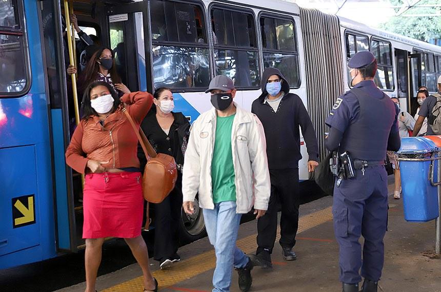 Máscara agora é obrigatória no transporte público em todo o país