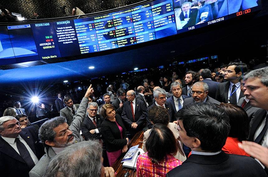 Plenário do Senado Federal durante sessão deliberativa extraordinária para votar a Denúncia 1/2016, que trata do julgamento do processo de impeachment da presidente afastada Dilma Rousseff por suposto crime de responsabilidade.   *Encerramento da sessão do julgamento do impeachment.   Em destaque, bancada de apoio à ex-presidente Dilma Rousseff.   Foto: Edilson Rodrigues/Agência Senado