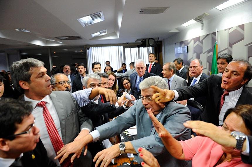 Comissão de Assuntos Econômicos (CAE) realiza audiência pública interativa para debater a reforma trabalhista.   Presidente da CAE, senador Tasso Jereissati (PSDB-CE), suspende reunião da comissão, depois que senadores de oposição protestaram contra a leitura do relatório de Ricardo Ferraço sobre o PLC 38/2017, que trata da reforma trabalhista.   Foto: Marcos Oliveira/Agência Senado