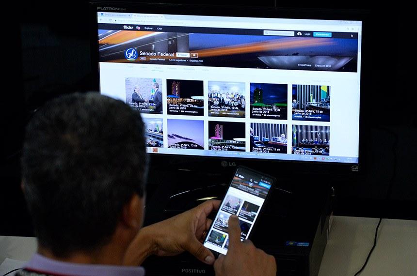 """Flickr do Senado Federal acessado por computador e via dispositivo móvel. ---------------------------------------------  Manipulação de dados e notícias falsas põem internet em xeque  A legislação brasileira avançou bastante com o Marco Civil da Internet (Lei 12.965, de 2014 ), que prevê punição para a divulgação de notícias falsas.  No Brasil, os crimes cometidos na internet são puníveis de acordo com leis que modificaram o Código Penal. É o caso da Lei 12.737, de 2012, em que invadir dispositivo com o fim de obter, adulterar ou destruir dados é um delito que pode levar a detenção de três meses a um ano e multa.  Em 6 de dezembro, a Comissão de Ciência e Tecnologia (CCT) do Senado, discutiu o projeto do senador Ciro Nogueira (PP-PI) que propõe """"a suspensão do funcionamento ou o bloqueio de acesso de aplicação de internet que incentive ou promova a prática de crime"""" (PLS 169/2017).  Foto: Jefferson Rudy/Agência Senado"""