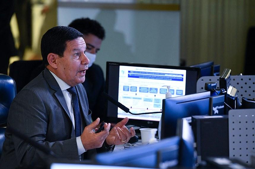 Sessão Deliberativa Remota (SDR) do Senado Federal realizada a partir da sala de controle da Secretaria de Tecnologia da Informação (Prodasen).    Na pauta, sessão de debates temáticos, com comparecimento do vice-presidente da República, para tratar sobre a criação do Conselho Nacional da Amazônia Legal e prestar informações sobre o Plano de Combate ao Desmatamento na Amazônia, nos termos dos requerimentos nºs 94, de 2020 e 1.306, de 2020, aprovados pelo Plenário do Senado Federal.  Em pronunciamento, vice-presidente da República, Hamilton Mourão.  Foto: Marcos Oliveira/Agência Senado