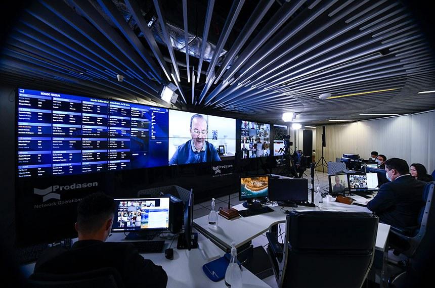Sessão Deliberativa Remota (SDR) do Senado Federal realizada a partir da sala de controle da Secretaria de Tecnologia da Informação (Prodasen). Ordem do dia.   São três itens na pauta de votações do Senado. O primeiro é o projeto de lei complementar (PLP) 9/2020, que trata da chamada transação tributária, a ser estendida a micro e pequenas empresas; o projeto de decreto legislativo (PDL) 657/2019, que referenda o acordo firmado entre o Brasil e o Novo Banco de Desenvolvimento (NBD) para a criação de um escritório regional nas Américas, com sede em São Paulo e unidade de representação em Brasília. Último item da pauta é o requerimento (RQS 731/2020) que pede a realização de uma sessão especial no Plenário para homenagear o centenário de nascimento do ex-presidente do Senado, Nilo de Souza Coelho.  Relator do projeto de lei complementar (PLP) 9/2020, senador Jorginho Mello (PL-SC) em pronunciamento via videoconferência.  Participa, presidente do Senado Federal, senador Davi Alcolumbre (DEM-AP).  Foto: Marcos Oliveira/Agência Senado