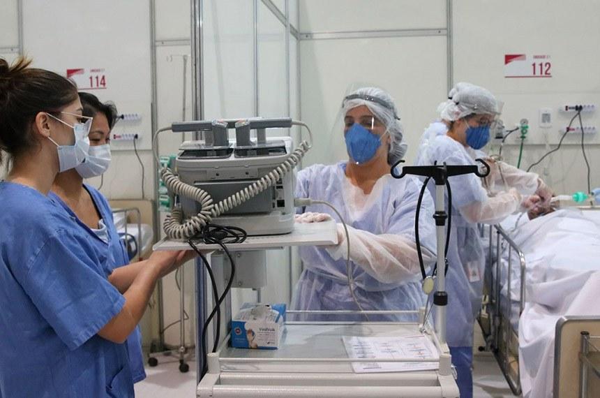 Médicos e enfermeiros em ação em UTI para doentes de covid-19