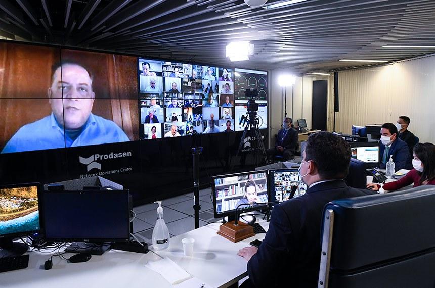 Sessão deliberativa remota (SDR) do Senado Federal realizada a partir da sala de controle da Secretaria de Tecnologia da Informação (Prodasen). Ordem do dia.   Três medidas provisórias de mitigação dos impactos econômicos decorrentes da pandemia de coronavírus estão na pauta do Senado desta quarta-feira (15): MP 927/2020, que altera regras trabalhistas durante a pandemia do novo coronavírus; MP 925/2020, que dispõe sobre medidas emergenciais para a aviação civil brasileira em razão da pandemia; e a MP 944/2020 que concede uma linha de crédito especial para pequenas e médias empresas pagarem a folha de salários durante a emergência da covid-19 (Programa Emergencial de Suporte a Empregos - Pese).   Relator da MP 925/2020, senador Eduardo Gomes (MDB-TO) em pronunciamento via videoconferência.   Presidente do Senado Federal, senador Davi Alcolumbre (DEM-AP), conduz sessão.   Foto: Marcos Oliveira/Agência Senado