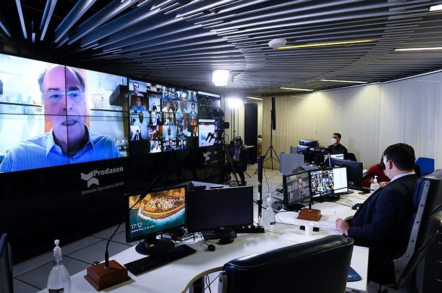 Sessão deliberativa remota (SDR) do Senado Federal realizada a partir da sala de controle da Secretaria de Tecnologia da Informação (Prodasen). Ordem do dia.   Três medidas provisórias de mitigação dos impactos econômicos decorrentes da pandemia de coronavírus estão na pauta do Senado desta quarta-feira (15): MP 927/2020, que altera regras trabalhistas durante a pandemia do novo coronavírus; MP 925/2020, que dispõe sobre medidas emergenciais para a aviação civil brasileira em razão da pandemia; e a MP 944/2020 que concede uma linha de crédito especial para pequenas e médias empresas pagarem a folha de salários durante a emergência da covid-19 (Programa Emergencial de Suporte a Empregos - Pese).   Senador Fernando Bezerra Coelho (MDB-PE) em pronunciamento via videoconferência.  Participa: Presidente do Senado Federal, senador Davi Alcolumbre (DEM-AP).   Foto: Marcos Oliveira/Agência Senado