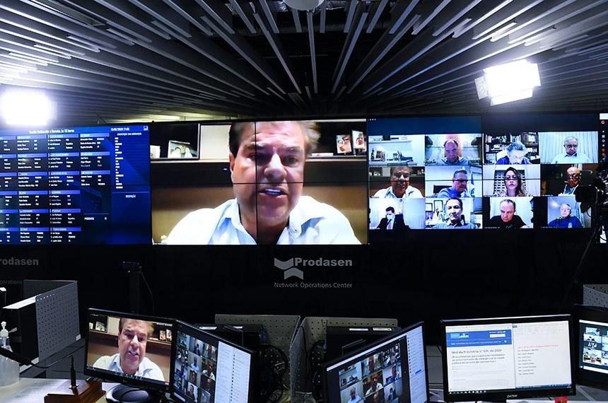 Sessão deliberativa remota (SDR) do Senado Federal realizada a partir da sala de controle da Secretaria de Tecnologia da Informação (Prodasen). Ordem do dia.   Três medidas provisórias de mitigação dos impactos econômicos decorrentes da pandemia de coronavírus estão na pauta do Senado desta quarta-feira (15): MP 927/2020, que altera regras trabalhistas durante a pandemia do novo coronavírus; MP 925/2020, que dispõe sobre medidas emergenciais para a aviação civil brasileira em razão da pandemia; e a MP 944/2020 que concede uma linha de crédito especial para pequenas e médias empresas pagarem a folha de salários durante a emergência da covid-19 (Programa Emergencial de Suporte a Empregos - Pese).   Extrapauta: O Senado aprova requerimento de criação de comissão temporária externa de senadores para verificar denúncias de perseguição religiosa em Angola. O pedido é do presidente da CRE, senador Nelsinho Trad (PSD-MS).   Senador Nelsinho Trad (PSD-MS) em pronunciamento via videoconferência.   Foto: Marcos Oliveira/Agência Senado