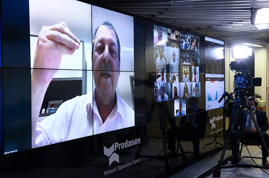 Sessão deliberativa remota (SDR) do Senado Federal realizada a partir da sala de controle da Secretaria de Tecnologia da Informação (Prodasen). Ordem do dia.   Três medidas provisórias de mitigação dos impactos econômicos decorrentes da pandemia de coronavírus estão na pauta do Senado desta quarta-feira (15): MP 927/2020, que altera regras trabalhistas durante a pandemia do novo coronavírus; MP 925/2020, que dispõe sobre medidas emergenciais para a aviação civil brasileira em razão da pandemia; e a MP 944/2020 que concede uma linha de crédito especial para pequenas e médias empresas pagarem a folha de salários durante a emergência da covid-19 (Programa Emergencial de Suporte a Empregos - Pese).   Relator da MP 944/2020, senador Omar Aziz (PSD-AM) em pronunciamento via videoconferência.   Foto: Marcos Oliveira/Agência Senado