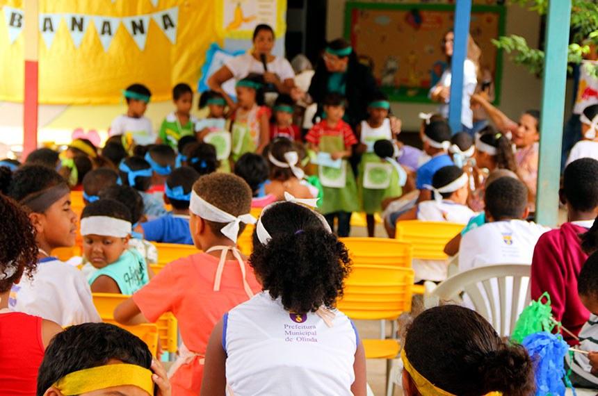 05.10.2017  Escola Redenção em Olinda.   Crianças aprendem a fazer bolo de casca de banana.