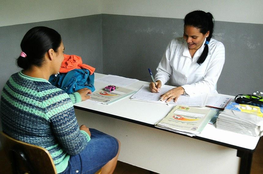 Com uma visão de saúde mais abrangente profissionais da secretaria municipal de saúde de Monte Carlo em atendimento médico e odontológico no interior do município.