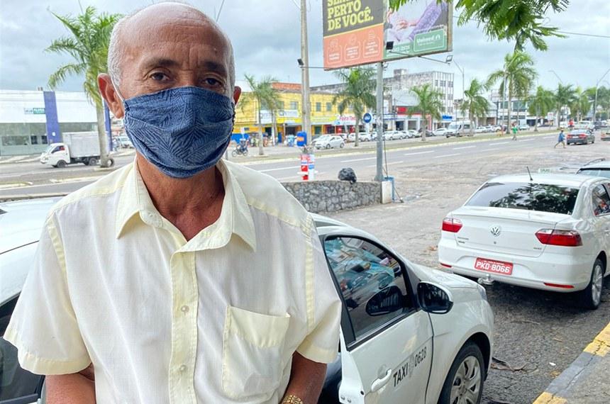 Os 1350 taxistas que atuam no Serviço de Transporte Individual de Passageiros por Táxi (STIP), na cidade de Feira de Santana, estão recebendo máscaras de tecido com dupla camada e panfletos educativos com orientações preventivas ao novo coronavírus (Covid-19).