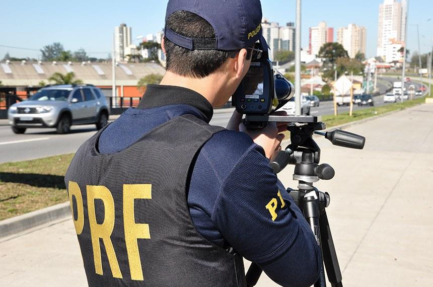 Policiais rodoviários federais operam radar móvel na Linha Verde, em Curitiba Equipe da Polícia Rodoviária Federal (PRF), durante operação de radar móvel controlador de velocidade na Linha Verde, no bairro Tarumã, em Curitiba.  A velocidade máxima estabelecida para o local é de 70 quilômetros por hora. Em cerca de uma hora de fiscalização, 120 imagens de veículos acima deste limite foram capturadas pelo equipamento, alguns deles acima de 100 km/h.  Dias atrás, a PRF flagrou um carro a 132 km/h neste mesmo local --quase o dobro do limite máximo permitido. No começo deste mês de agosto, uma mulher morreu de 28 anos de idade morreu atropelada na Linha Verde, no mesmo bairro.  A PRF prioriza os locais onde há acidentes graves para definir os pontos de fiscalização com radar móvel.   Fotos: Fernando Oliveira/PRF