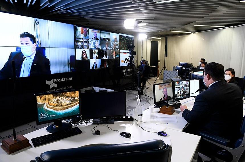 Sessão Deliberativa Remota (SDR) do Senado Federal realizada a partir da sala de controle da Secretaria de Tecnologia da Informação (Prodasen). Ordem do dia.   São três itens na pauta de votações do Senado. O primeiro é o projeto de lei complementar (PLP) 9/2020, que trata da chamada transação tributária, a ser estendida a micro e pequenas empresas; o projeto de decreto legislativo (PDL) 657/2019, que referenda o acordo firmado entre o Brasil e o Novo Banco de Desenvolvimento (NBD) para a criação de um escritório regional nas Américas, com sede em São Paulo e unidade de representação em Brasília. Último item da pauta é o requerimento (RQS 731/2020) que pede a realização de uma sessão especial no Plenário para homenagear o centenário de nascimento do ex-presidente do Senado, Nilo de Souza Coelho.  Presidente do Senado Federal, senador Davi Alcolumbre (DEM-AP), em pronunciamento via videoconferência.  Foto: Marcos Oliveira/Agência Senado