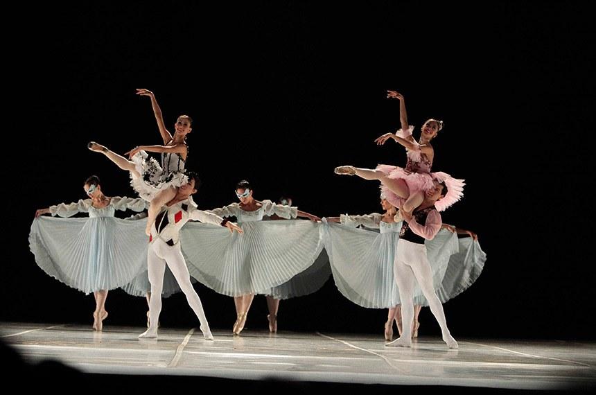 Bolshoi oferece workshops gratuitos para bailarinos residentes em Joinville.  Capacitação é promovida com apoio da Prefeitura de Joinville.  No dia 21 de junho, a Escola do Teatro Bolshoi no Brasil, oferece workshops gratuitos para bailarinos de dança clássica e dança contemporânea, residentes na cidade de Joinville.   Os cursos oferecidos são: balé clássico para iniciantes para idade de 9 a 13 anos; balé clássico intermediário para idade a partir de 14 anos; e dança contemporânea para bailarinos a partir de 15 anos, e acontecem na sede do Bolshoi Brasil em Joinville.  As inscrições acontecem de 6 a 17 de junho, no site da Escola Bolshoi - para participar, o cursista deve apresentar os requisitos solicitados, a identidade e comprovante de residência no dia do workshop.