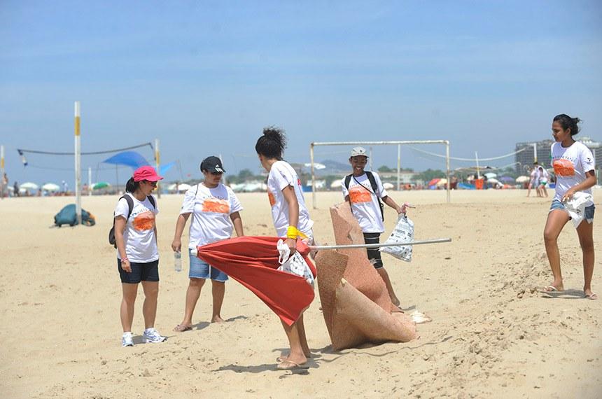 Rio de Janeiro - Voluntários participam do Dia Mundial de Limpeza de Praias em Copacabana.  Foto: Fernando Frazão/ABr