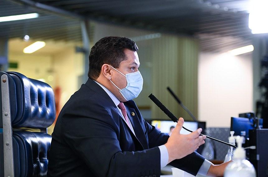Sessão deliberativa remota (SDR) do Senado Federal realizada a partir da sala de controle da Secretaria de Tecnologia da Informação (Prodasen). Ordem do dia.   Três medidas provisórias de mitigação dos impactos econômicos decorrentes da pandemia de coronavírus estão na pauta do Senado desta quarta-feira (15): MP 927/2020, que altera regras trabalhistas durante a pandemia do novo coronavírus; MP 925/2020, que dispõe sobre medidas emergenciais para a aviação civil brasileira em razão da pandemia; e a MP 944/2020 que concede uma linha de crédito especial para pequenas e médias empresas pagarem a folha de salários durante a emergência da covid-19 (Programa Emergencial de Suporte a Empregos - Pese).   Em pronunciamento, presidente do Senado Federal, senador Davi Alcolumbre (DEM-AP).   Foto: Marcos Oliveira/Agência Senado