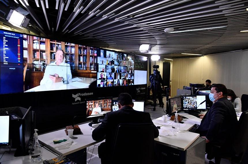 Sessão deliberativa remota (SDR) do Senado Federal realizada a partir da sala de controle da Secretaria de Tecnologia da Informação (Prodasen). Ordem do dia.  Na pauta, a MP 915/2019 que prevê mecanismos para a simplificação dos procedimentos de venda de imóveis da União.  Senador Alvaro Dias (Podemos-PR) em pronunciamento via videoconferência.  Participam:  2º suplente de secretário da Mesa Diretora do Senado Federal, senador Weverton (PDT-MA);  presidente do Senado Federal, senador Davi Alcolumbre (DEM-AP).   Foto: Waldemir Barretoa/Agência Senado