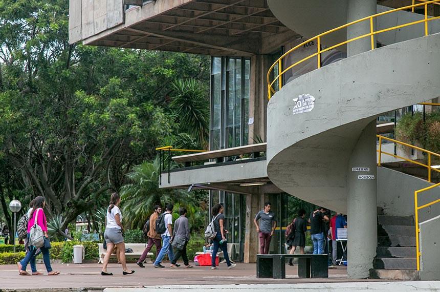 Caminhos da UnB    Alunos adentram o Restaurante Universitário (RU), por uma de suas entradas.