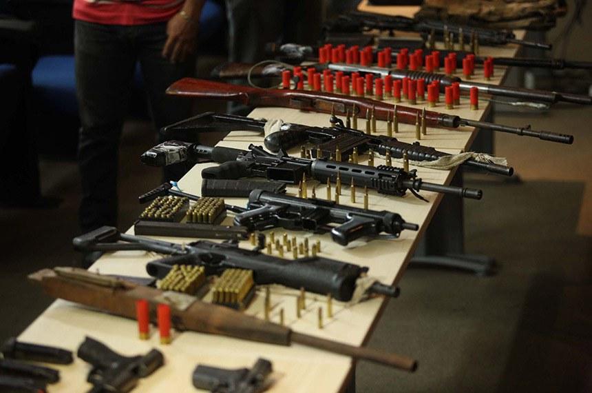 Durante incursões no Complexo Penitenciário de Santa Izabel e em área de mata das adjacências, foram apreendidas 11 armas, dois coletes, carregadores, farta munição, estoques, facas e ferramentas. A ação foi executada na terça (10) e na manhã de quarta-feira (11) por militares do Batalhão de Polícia Penitenciária (BPOP), Ronda Ostensiva Tática Metropolitana (Rotam), Companhia de Operações Especiais (COE) e Grupo Tático Operacional (GTO)/Comando de Policiamento Regional III – Castanhal. De acordo com a Polícia Militar, as armas são quatro fuzis, uma carabina, uma submetralhadora, duas espingardas, duas pistolas e uma arma caseira. Dentre os fuzis, estão três de calibre 7,62mm. Todo o material apreendido será encaminhado à Polícia Civil.  FOTO: THIAGO GOMES / AG. PARÁ DATA: 11.04.2018 BELÉM - PARÁ