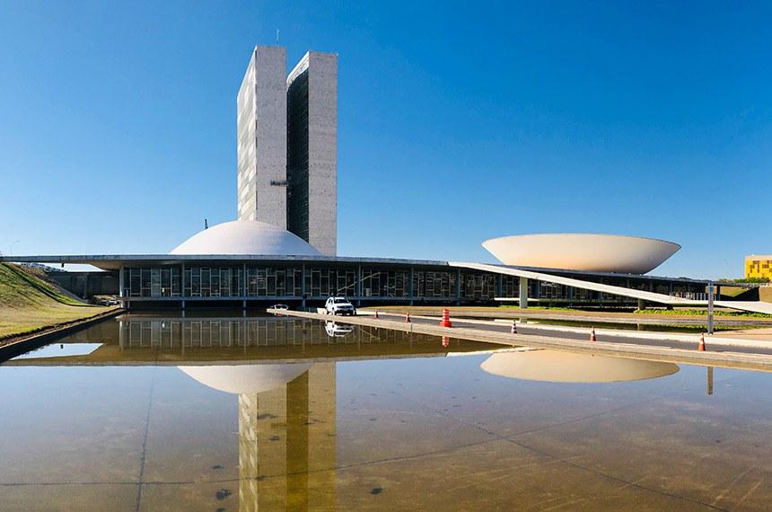 Palácio do Congresso Nacional, a sede das duas Casas do Poder Legislativo brasileiro.   As cúpulas abrigam os plenários da Câmara dos Deputados (côncava) e do Senado Federal (convexa), enquanto que nas duas torres - as mais altas de Brasília, com 100 metros - funcionam as áreas administrativas e técnicas que dão suporte ao trabalho legislativo diário das duas instituições.   Obra do arquiteto Oscar Niemeyer.   Foto: Leonardo Sá/Agência Senado