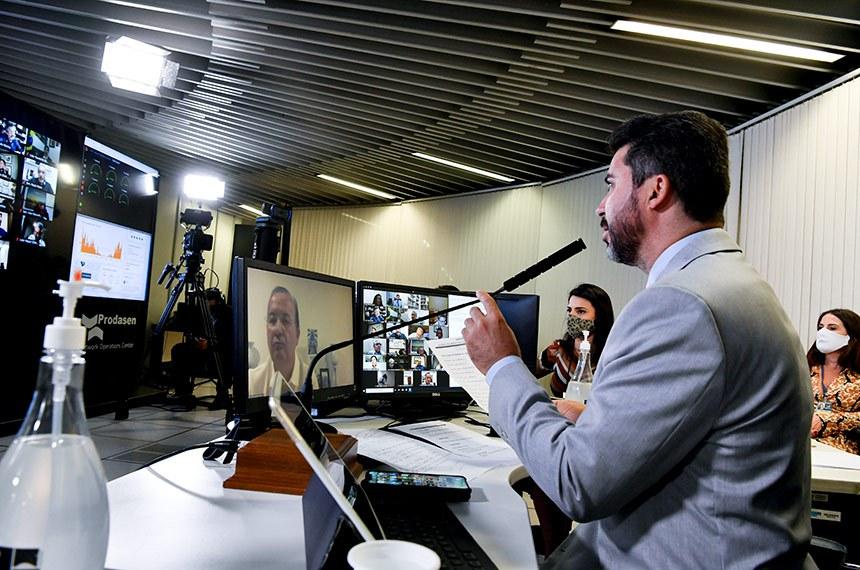 Sessão Deliberativa Remota do Congresso Nacional (para senadores), realizada a partir da sala de controle da Secretaria de Tecnologia da Informação (Prodasen), e destinada à deliberação dos vetos nºs 56 a 62 de 2019 e 1 a 10 de 2020 e dos Projetos de Lei do Congresso Nacional nºs 17 e 11 de 2020.  Senador Jorginho Mello (PL-SC) em pronunciamento via videoconferência, na tela do computador.  Senador Marcos Rogério (DEM-RO) preside sessão.  Foto: Leopoldo Silva/Agência Senado