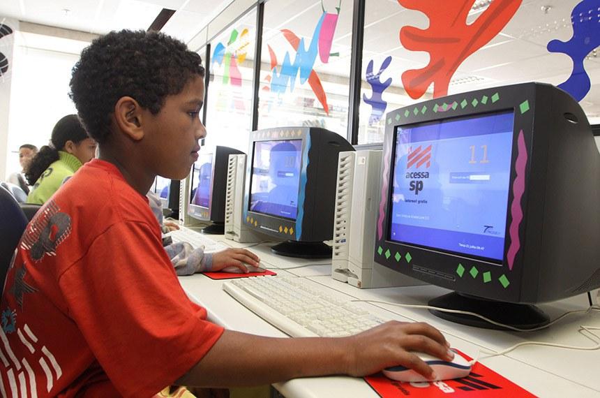 Crianças carentes utilizam computadores do Programa Acessinha São Paulo, instalado no Acessa São Paulo da Fatec Carandiru. 21.07.2009 São Paulo- SP Foto: Nelson Almeida/Governo do Estado de SP