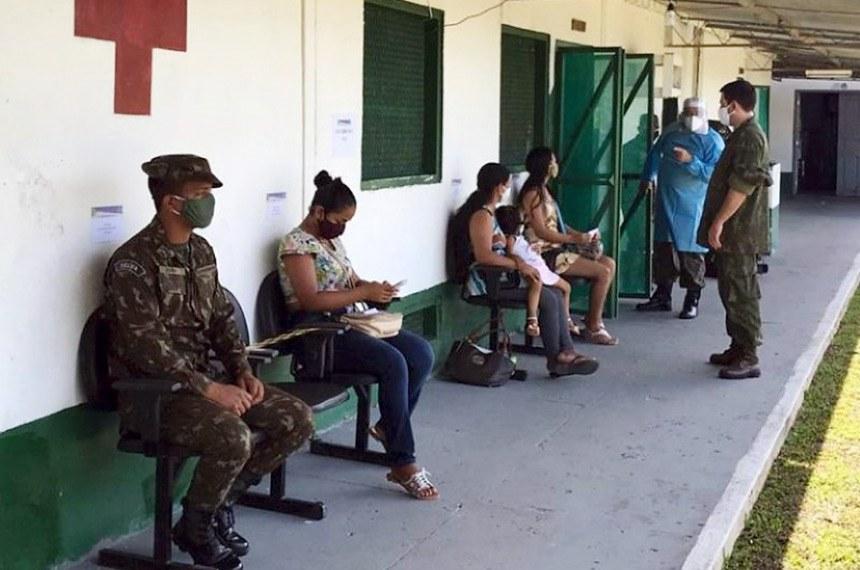 """OPERAÇÃO COVID19 Militares de saúde participam da Operação Atalaia No dia 18 de junho, profissionais da área de saúde do Exército Brasileiro iniciaram os trabalhos em Tabatinga, na região do Vale Javari, onde está localizada a segunda maior área indígena do país. Os militares fazem parte da equipe montada pelo Ministério da Defesa para reforçar o atendimento à população local, em função do novo coronavírus. Ao todo, 23 profissionais das Forças Armadas integram a operação: 10 médicos, uma farmacêutica, 3 enfermeiros e 9 técnicos de enfermagem. Desse total, 13 são do Exército, sendo 4 do Hospital das Forças Armadas (Brasília/DF) e 9 do Hospital Militar de Área de Campo Grande (Campo Grande/MS). Cerca de 70 mil itens, como equipamentos de proteção e medicamentos, também serão fornecidos durante a missão.  """"As Forças Armadas estão sempre prontas para ajudar onde quer que seja. E nesse momento, é preciso levar auxílio para as comunidades remotas da região do Amazonas, que já têm dificuldades e estão sofrendo nessa época. Somos voluntárias e missão dada é missão cumprida"""", afirmou a Capitão médica Fernanda Dalcomo.  Os militares já realizaram, na manhã do dia 18, uma ação humanitária na comunidade ribeirinha de Palmeiras do Javari, utilizando as instalações do Pelotão de Fronteira do Exército localizado na região. Uma equipe multidisciplinar realizou o atendimento à população. Na parte da tarde, os militares seguiram para Cruzeirinhos (AM).  A operação ocorre até o dia 22 de junho, na região do Vale do Javari, que conta com cerca de 7 mil indígenas de 7 diferentes etnias: Marubo, Matis, Mayoruna (Matsés), Kulina (Pano), Kanamari (Tukuna), Korubo e Tsohom-Dyapa."""