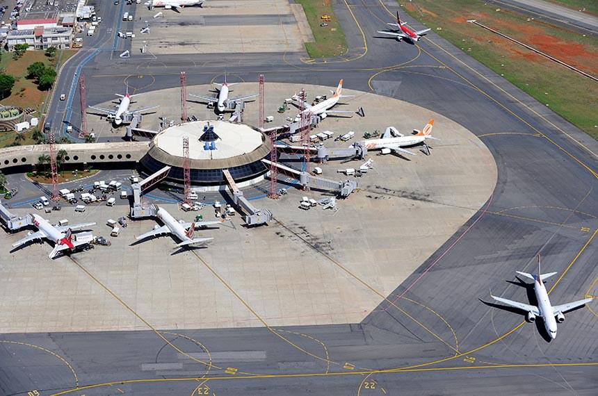 Vista aérea do Aeroporto Internacional de Brasília - Juscelino Kubitschek.