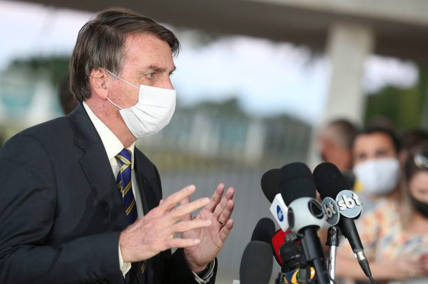 O presidente Jair Bolsonaro fala à imprensa em frente ao Palácio do Planalto: no local, ele se indispôs em diversas ocasiões com jornalistas, a quem já mandou calar a boca
