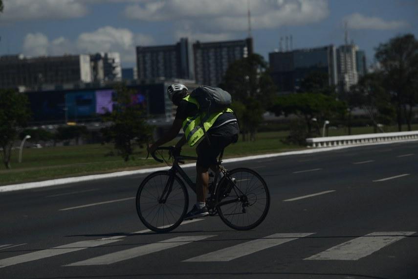 Ciclista anda pelas ruas de Brasília.   Foto: Pedro França/Agência Senado
