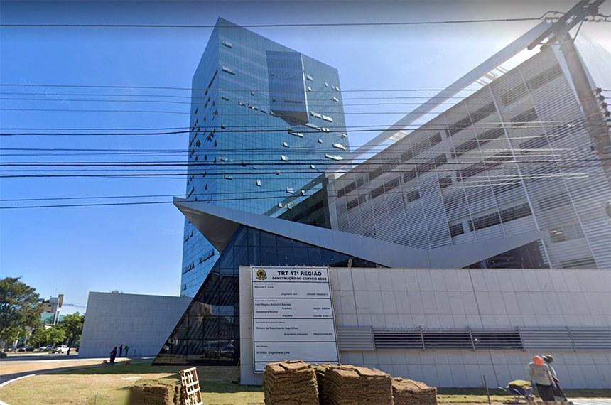 Nova sede do TRT-ES é inaugurada em Vitória custando quase o dobro do valor inicial. A nova sede do Tribunal Regional do Trabalho (TRT-ES), na Enseada do Suá, em Vitória, foi inaugurada nesta segunda-feira (17). A obra, que começou em 2011, deveria ter sido concluída em 2014 e custou quase o dobro do orçamento inicial.  Foto: Google Maps