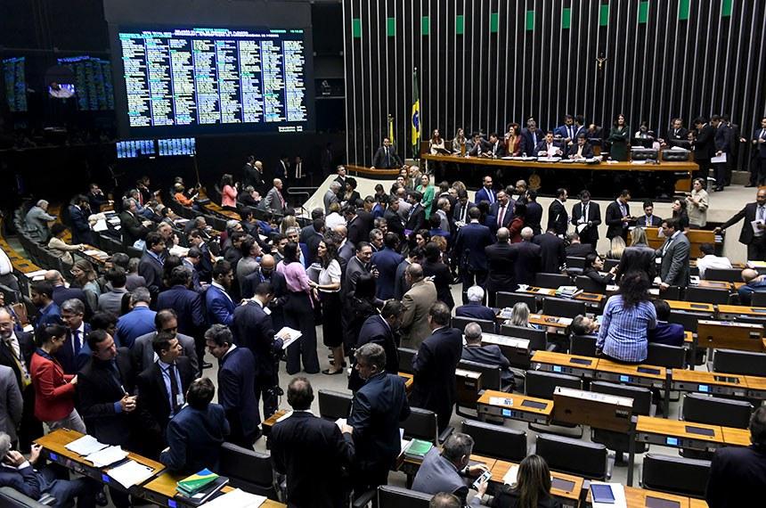 Plenário da Câmara dos Deputados durante sessão conjunta do Congresso Nacional destinada à deliberação dos vetos nºs 45, 46, 47 e 52 de 2019, e de outros expedientes.  À tribuna, em discurso, deputado Glauber Braga (PSOL-RJ).  Mesa:  deputada Perpétua Almeida (PCdoB-AC); deputado Coronel Tadeu (PSL-SP); presidente do Senado Federal, senador Davi Alcolumbre (DEM-AP); senador Marcos Rogério (DEM-RO); deputado Kim Kataguiri (DEM-SP); secretário-geral da Mesa, Luiz Fernando Bandeira de Mello Filho.  Foto: Jefferson Rudy/Agência Senado