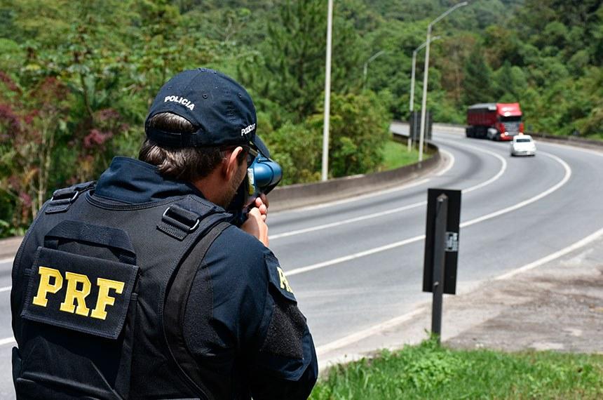 Policial rodoviário federal utiliza de radar móvel em ação de fiscalização na Serra do Mar (BR-376), em Guaratuba (PR) Ronda, estacionamento tático e operação de radar portátil controlador de velocidade.   Fotos: Fernando Oliveira/PRF