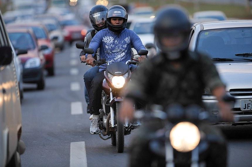 Motos no trânsito de Brasília.