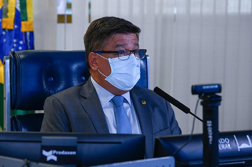 Plenário do Senado se reúne em sessão deliberativa remota (SDR) a partir da sala de controle da Secretaria de Tecnologia da Informação (Prodasen).   Na ordem do dia, projeto que estende por mais um ano o prazo para utilização dos recursos destinados ao enfrentamento da pandemia de coronavírus (PL 4.078/2020); o PL 1.095/2019, que aumenta a punição para quem abusa, fere ou mutila cães e gatos; Projeto de Lei Complementar (PLP) 195/2020, que prevê a concessão de ajuda financeira às escolas privadas afetadas pela pandemia; o PL 2.388/2020, que libera, durante a pandemia, dinheiro do Fundo de Universalização dos Serviços de Telecomunicações (Fust) para famílias cadastradas em programas sociais do governo federal; e por fim o PL 5.013/2019, que cria um Cadastro Nacional de Pessoas Condenadas por Crime de Estupro.  Senador Carlos Viana (PSD-MG) preside sessão.  Foto: Marcos Oliveira/Agência Senado