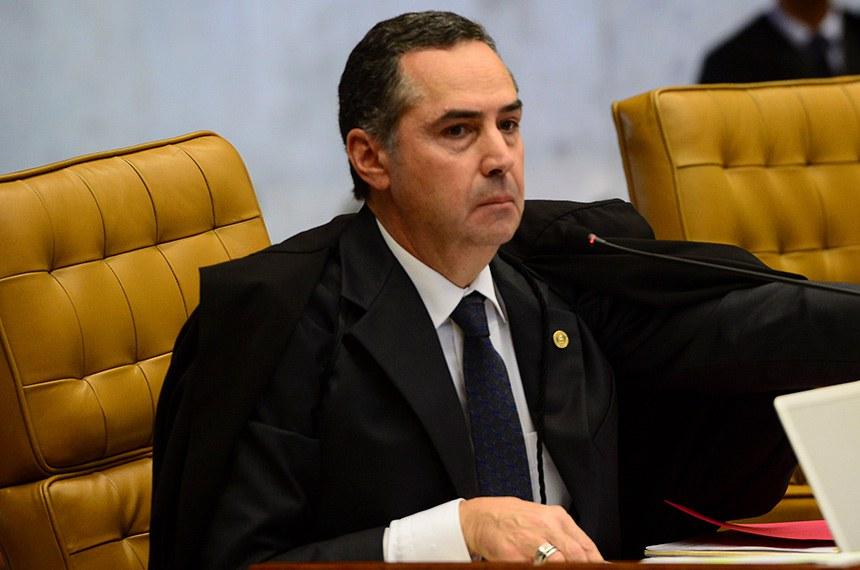 Ministro Roberto Barroso durante sessão do STF de julgamento sobre a validade das normas que regulamentam o processo de impeachment contra a presidenta Dilma Rousseff.
