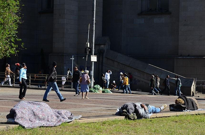 Pessoas em situação de rua na Praça da Sé, região central.