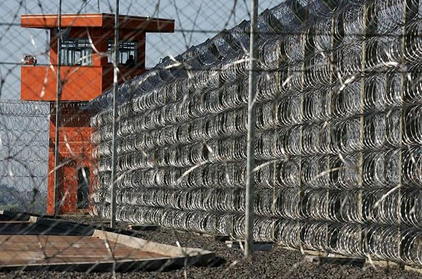 Vista externa do muro de arame farpado da Penitenciária Federal de Segurança Máxima de Catanduvas, no Paraná.