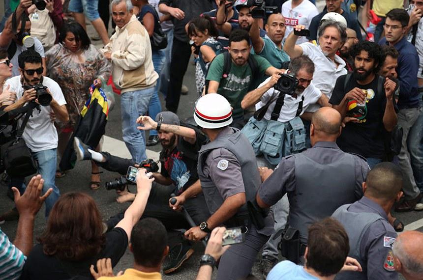 Manifestantes realizam ato contra o governo de Michel Temer. O ato começou com a concentração embaixo do vão livre do MASP. Na foto, policiais militares agridem os profissionais de imprensa que trabalham na cobertura do ato.