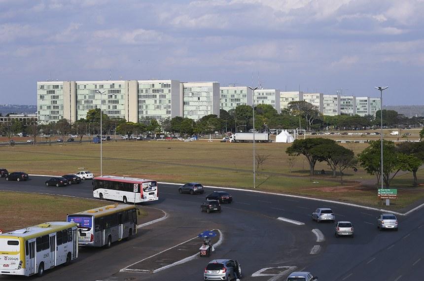 """Esplanada dos Ministérios vista pela plataforma superior da Rodoviária de Brasília.  O Eixo Monumental é uma avenida que se localiza no centro do Plano Piloto de Brasília, capital do Brasil. É conhecido popularmente como o """"corpo do avião"""", no desenho do Plano Piloto de Brasília. Estende-se por dezesseis quilômetros, fazendo a ligação entre a Rodoferroviária de Brasília e a Praça dos Três Poderes. Na sua área central, encontram-se a Rodoviária do Plano Piloto, localizada na interseção dos eixos Monumental e Rodoviário, e a Torre de TV. A leste, na área dedicada aos órgãos do Governo Federal, estão a Praça dos Três Poderes e a Esplanada dos Ministérios.  Foto: Jefferson Rudy/Agência Senado"""