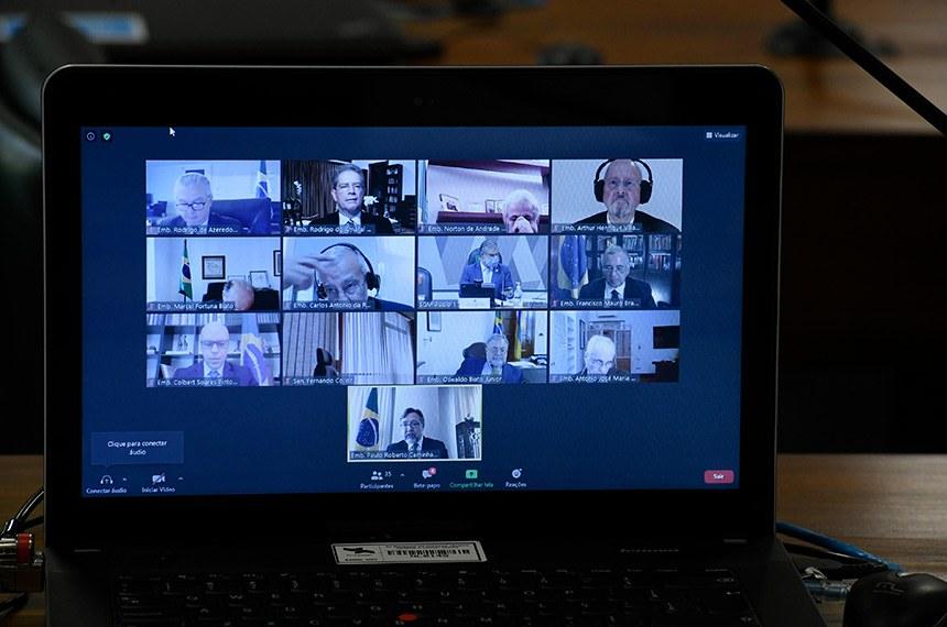 Comissão de Relações Exteriores e Defesa Nacional(CRE) se reúne em sistema semipresencial para sabatina de indicados para missões diplomáticas no exterior.  As reuniões ocorrem de forma semipresenciais, sendo permitida a participação remota dos senadores através de um aplicativo de videoconferência, para debate com os indicados e leitura de relatórios.   Indicados para o cargo de Embaixador do Brasil via videoconferência.  Foto: Edilson Rodrigues/Agência Senado