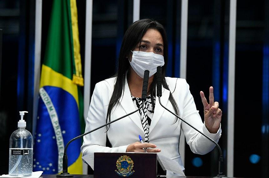 Plenário do Senado Federal durante sessão deliberativa semipresencial.  Em sessão semipresencial, senadores analisam a MP 971/2020, que autoriza reajuste de salário para policiais civis e militares e bombeiros militares do Distrito Federal. Também está na pauta o PLV 38/2020, oriundo da MP 974/2020, que prorroga contratos no âmbito do Ministério da Saúde e que atingem profissionais de saúde que atuam nos hospitais federais do Rio de Janeiro, e indicações para embaixadores do Brasil em diversos países.  Em discurso, à tribuna, senadora Eliziane Gama (Cidadania-MA).  Foto: Marcos Oliveira/Agência Senado