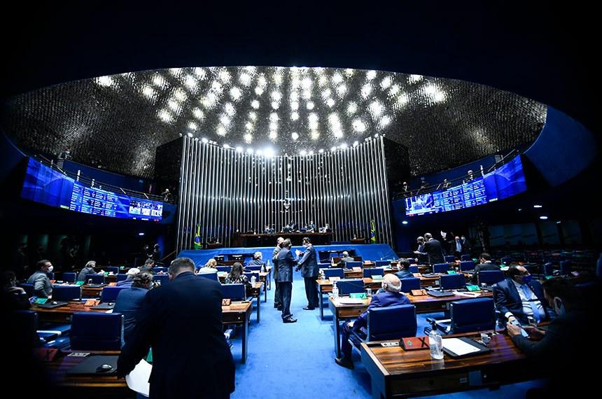 Plenário do Senado Federal durante sessão deliberativa semipresencial.  Em sessão semipresencial, senadores analisam a MP 971/2020, que autoriza reajuste de salário para policiais civis e militares e bombeiros militares do Distrito Federal. Também está na pauta o PLV 38/2020, oriundo da MP 974/2020, que prorroga contratos no âmbito do Ministério da Saúde e que atingem profissionais de saúde que atuam nos hospitais federais do Rio de Janeiro, e indicações para embaixadores do Brasil em diversos países.  Mesa: presidente do Senado Federal, senador Davi Alcolumbre (DEM-AP);  secretário-geral da Mesa do Senado Federal, Luiz Fernando Bandeira de Mello Filho; senador Rogério Carvalho Santos (PT-SE).  Foto: Marcos Oliveira/Agência Senado