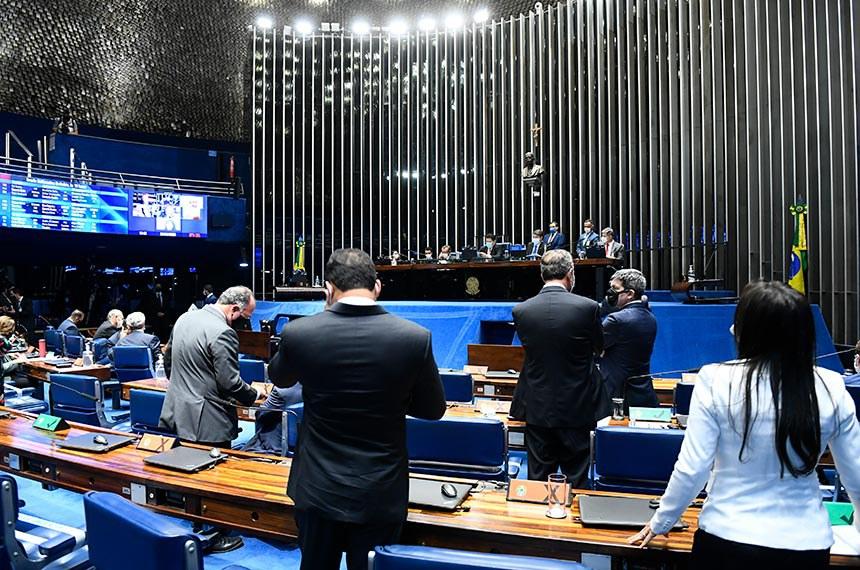 Plenário do Senado Federal durante sessão deliberativa semipresencial.  Em sessão semipresencial, senadores analisam a MP 971/2020, que autoriza reajuste de salário para policiais civis e militares e bombeiros militares do Distrito Federal. Também está na pauta o PLV 38/2020, oriundo da MP 974/2020, que prorroga contratos no âmbito do Ministério da Saúde e que atingem profissionais de saúde que atuam nos hospitais federais do Rio de Janeiro, e indicações para embaixadores do Brasil em diversos países.  Mesa: senador José Maranhão (MDB-PB);  presidente do Senado Federal, senador Davi Alcolumbre (DEM-AP);  secretário-geral da Mesa do Senado Federal, Luiz Fernando Bandeira de Mello Filho; senador Rogério Carvalho Santos (PT-SE).  Foto: Marcos Oliveira/Agência Senado