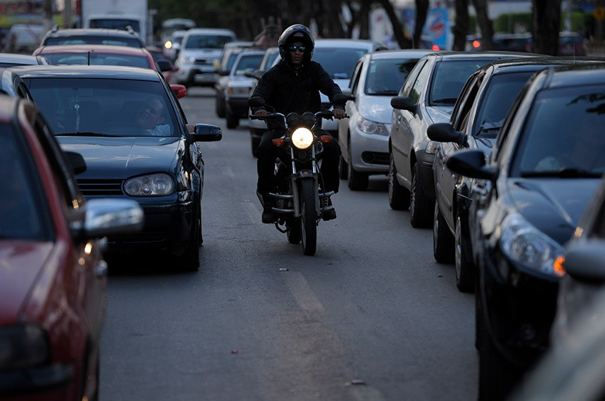 Moto no trânsito de Brasília.