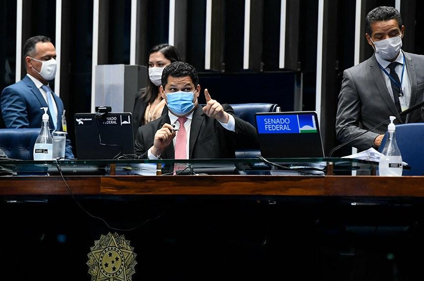 Plenário do Senado Federal durante sessão deliberativa semipresencial.  Em sessão semipresencial, senadores analisam a MP 971/2020, que autoriza reajuste de salário para policiais civis e militares e bombeiros militares do Distrito Federal. Também está na pauta o PLV 38/2020, oriundo da MP 974/2020, que prorroga contratos no âmbito do Ministério da Saúde e que atingem profissionais de saúde que atuam nos hospitais federais do Rio de Janeiro, e indicações para embaixadores do Brasil em diversos países.  À mesa, presidente do Senado Federal, senador Davi Alcolumbre (DEM-AP), conduz sessão.  Foto: Marcos Oliveira/Agência Senado