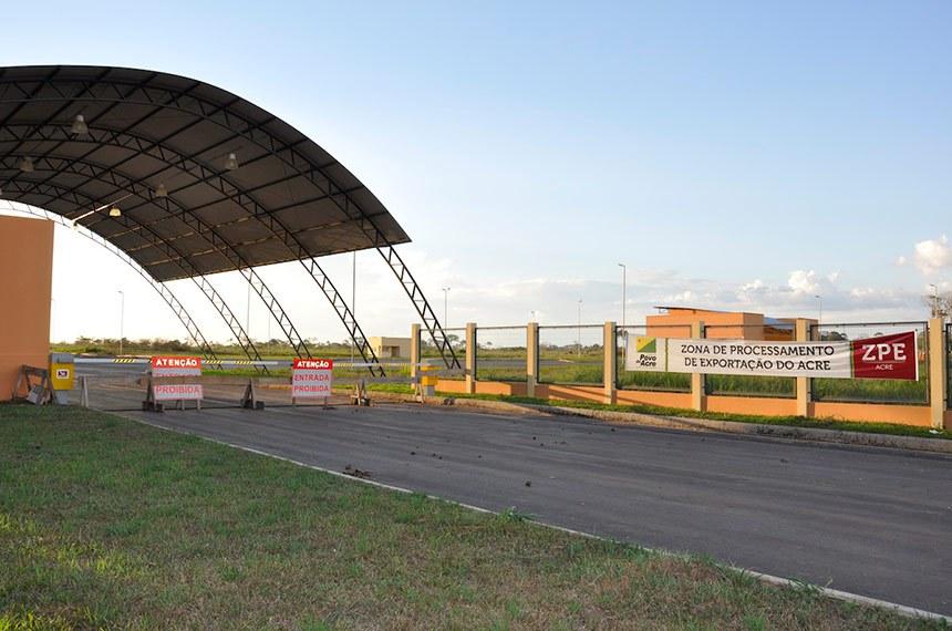 ZPE COM ENTRADA PROIBIDA  Faz mais de 120 dias que o governador Tião Viana (PT) assinou  ordens de serviço para infraestrutura da Zona de Processamento de Exportação (ZPE), localizada na BR-317, no município de Senador Guiomard, a 30 quilômetros de Rio Branco. A ZPE permanece fechada.