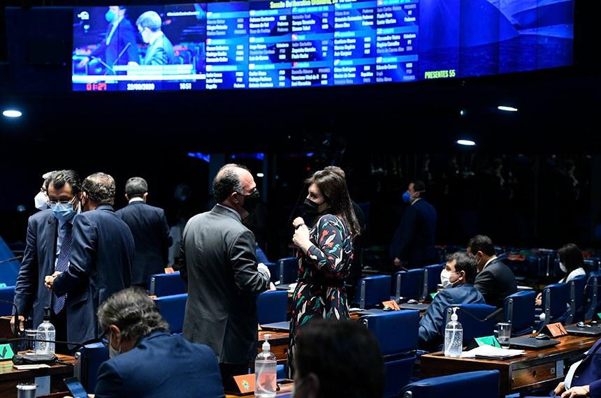 Plenário do Senado Federal durante sessão deliberativa semipresencial.  Em sessão semipresencial, senadores analisam a MP 971/2020, que autoriza reajuste de salário para policiais civis e militares e bombeiros militares do Distrito Federal. Também está na pauta o PLV 38/2020, oriundo da MP 974/2020, que prorroga contratos no âmbito do Ministério da Saúde e que atingem profissionais de saúde que atuam nos hospitais federais do Rio de Janeiro, e indicações para embaixadores do Brasil em diversos países.  Participam: senadora Simone Tebet (MDB-MS);  senador Fernando Bezerra Coelho (MDB-PE); senador Eduardo Braga (MDB-AM).  Foto: Marcos Oliveira/Agência Senado