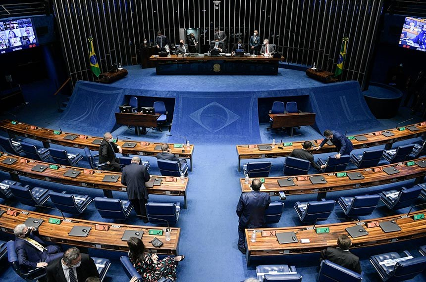 Plenário do Senado Federal durante sessão deliberativa semipresencial.  Em sessão semipresencial, senadores analisam a MP 971/2020, que autoriza reajuste de salário para policiais civis e militares e bombeiros militares do Distrito Federal. Também está na pauta o PLV 38/2020, oriundo da MP 974/2020, que prorroga contratos no âmbito do Ministério da Saúde e que atingem profissionais de saúde que atuam nos hospitais federais do Rio de Janeiro, e indicações para embaixadores do Brasil em diversos países.  Mesa: senador Fernando Bezerra Coelho (MDB-PE);  presidente do Senado Federal, senador Davi Alcolumbre (DEM-AP);  secretário-geral da Mesa do Senado Federal, Luiz Fernando Bandeira de Mello Filho; senador Rogério Carvalho Santos (PT-SE).  Foto: Pedro França/Agência Senado