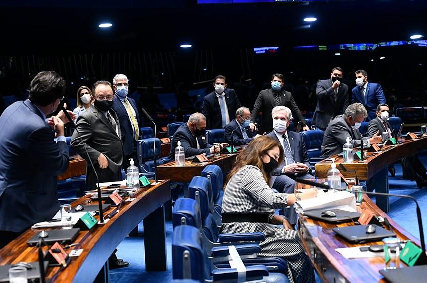 Plenário do Senado Federal durante sessão deliberativa semipresencial.  Em sessão semipresencial, senadores analisam a MP 971/2020, que autoriza reajuste de salário para policiais civis e militares e bombeiros militares do Distrito Federal. Também está na pauta o PLV 38/2020, oriundo da MP 974/2020, que prorroga contratos no âmbito do Ministério da Saúde e que atingem profissionais de saúde que atuam nos hospitais federais do Rio de Janeiro, e indicações para embaixadores do Brasil em diversos países.  Em pronunciamento, senador Eduardo Braga (MDB-AM).  Foto: Marcos Oliveira/Agência Senado